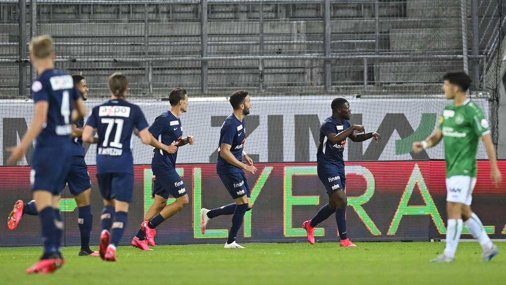 Zürichs Tosin Aiyegun, rechts, bejubelt sein erstes Tor, im Fussball Super League Spiel zwischen dem FC St.Gallen und dem FC Zürich, am Donnerstag, 25. Juni 2020, im Kybunpark in St.Gallen.