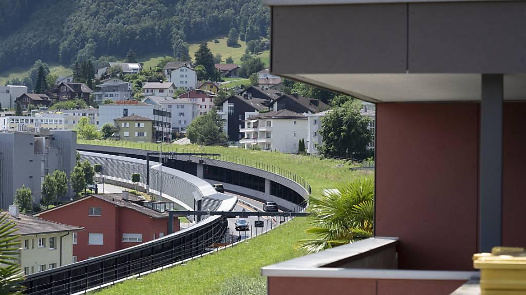Die A2 in Hergiswil NW mit ihren neuen Lärmschutzwänden. Nun erhält das Autobahnteilstück noch eine neue, besser sichtbare Markierung. (Archivaufnahme)