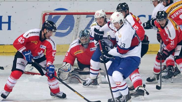 Die Schweizer Eishockey-Nati – hier mit Morris Trachsler (links) an der Arosa Challenge – erhält starke TV-Quoten.