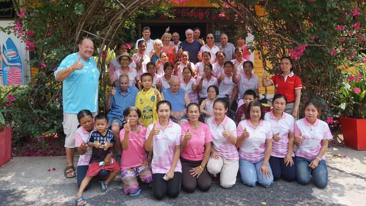 Der Aargauer Hans-Jörg Jäger (links, im blauen Shirt) und sein Team in seiner Residenz im Nordosten Thailands.