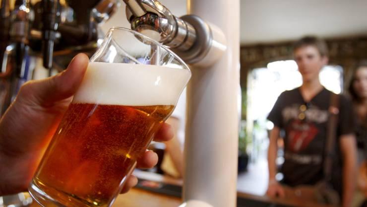 Schweizer Brauereien behaupten sich gegen die Konkurrenz aus dem Ausland: Inzwischen stammen drei von vier Bieren, die in der Schweiz getrunken werden, von einheimischen Brauern. (Themenbild)