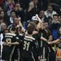 Ajax' Spieler lassen sich von den mitgereisten Fans feiern