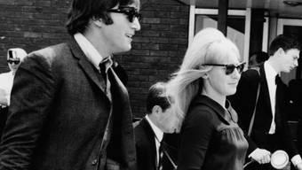 John Lennon und Cynthia am Flughafen Luton im Juli 1964