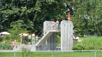 Rund um den Sprungturm herum gab es am Sonntagnachmittag Streitigkeitenzwischen einigen Schwimmbadgästen.