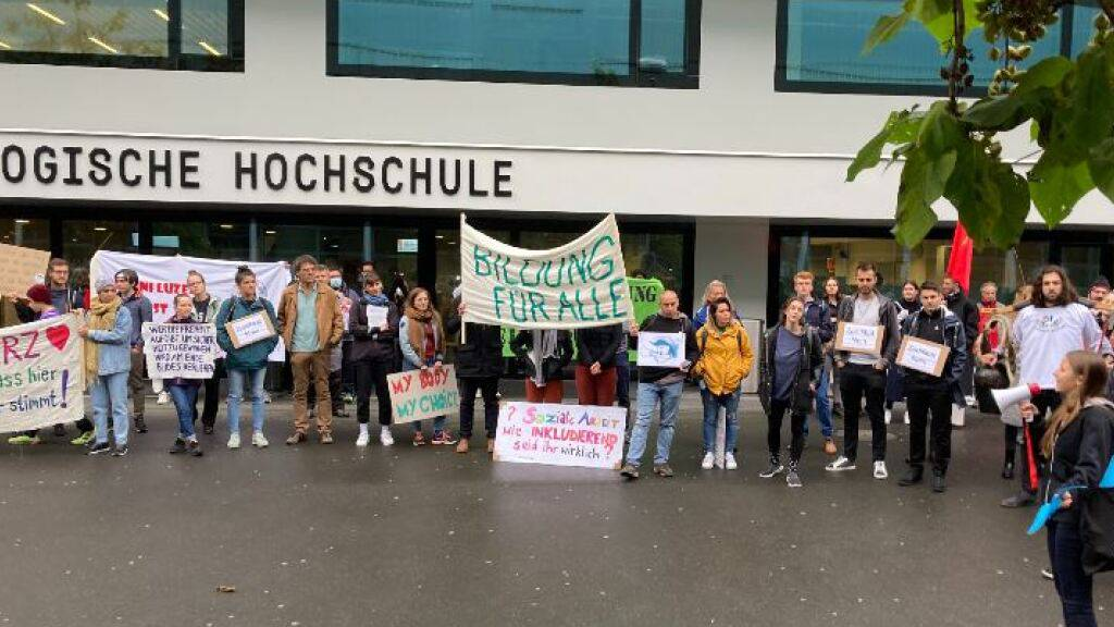 Protest gegen Zertifikatspflicht vor Universität Luzern