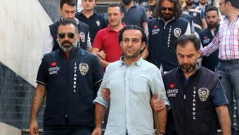 Sicherheitskräfte führen den Journalisten Bulent Mumay ab. Das Bild entstand nach dem Putschversuch am 29. Juli 2016. Mumay ist mittlerweile wieder auf freiem Fuss.