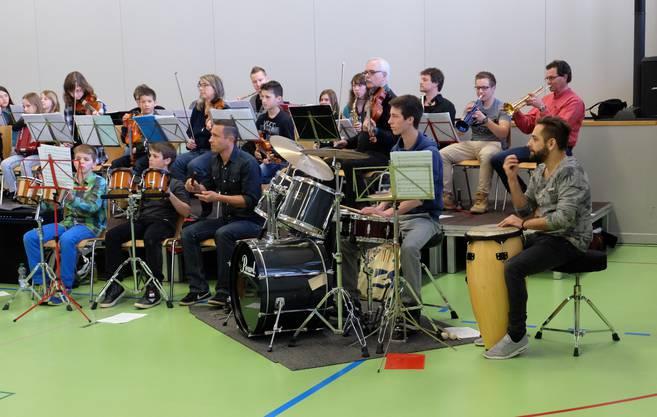 Das Orchester eröffnet die Instrumentenvorstellung in Unterkulm