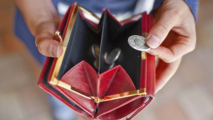 Nicht mehr viel im Portemonnaie - so geht es vielen Städtern und Singles. (Archivbild)