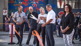 Die Regierungsräte Brigit Wyss und Roland Fürst, flankiert von Jasmine Huber, Gemeindepräsidentin von Riedholz (rechts), durchtrennten das Absperrband.