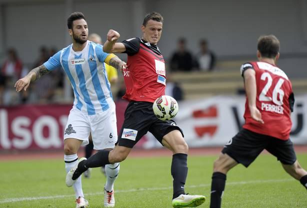 Pasquale Sbarra (United) gegen die beiden Aarauer Petar Sliskovic und Michael Perrier (rechts).