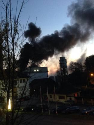 Eine pechschwarze, stinkende Rauchsäule stieg gegen Himmel