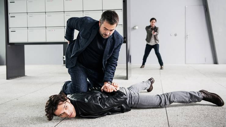 Etwas mehr Mumm hätte der Geschichte gutgetan: Stefan Gubser als Reto Flückiger (kniend) und Delia Mayer als Liz Ritschard in «Kriegssplitter».