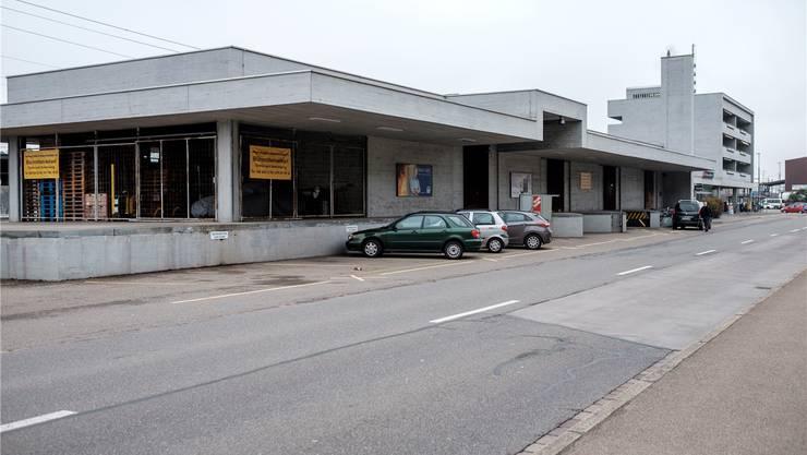 Bahnhof Killwangen-Spreitenbach: Der als Verkaufslager genutzte Güterschuppen soll einem modernen Bus- und Bahnterminal weichen.