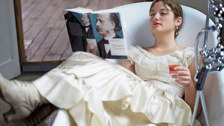 Die Schauspielerin Billie Bertozzi in einem Kleid aus der Zeit Theodor Fontanes.