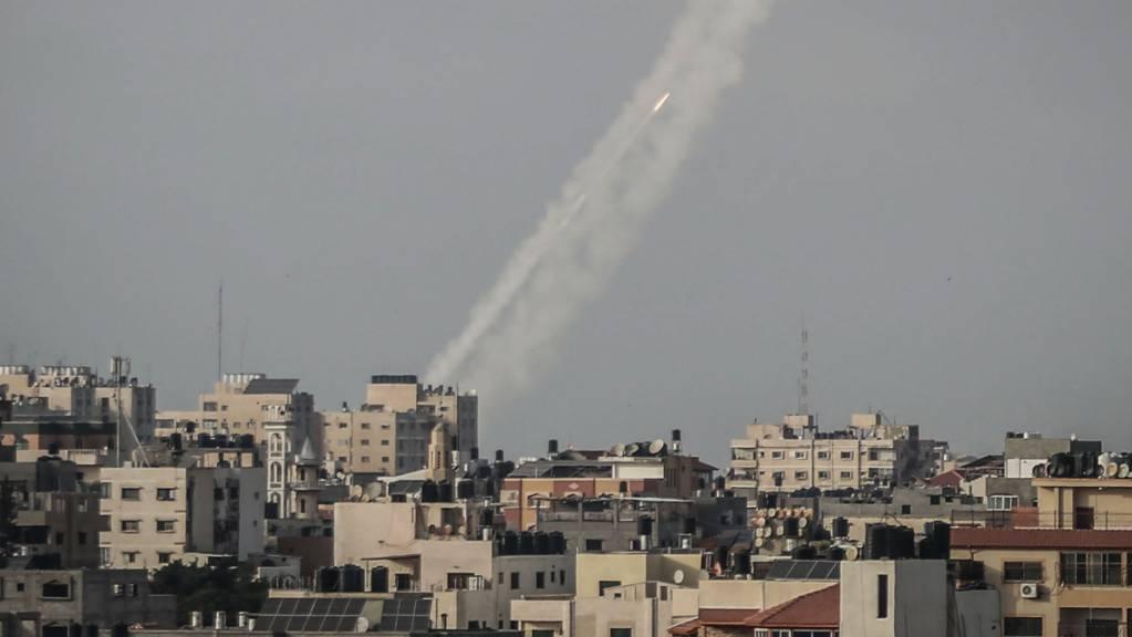 Raketen werden von der islamistischen Hamas aus Gaza-Stadt in Richtung Israel abgefeuert. Kurz nach Ablauf eines Ultimatums der islamistischen Hamas haben militante Palästinenser mehrere Raketen aus dem Gazastreifen auf Israel abgefeuert. Foto: Mohammed Talatene/dpa