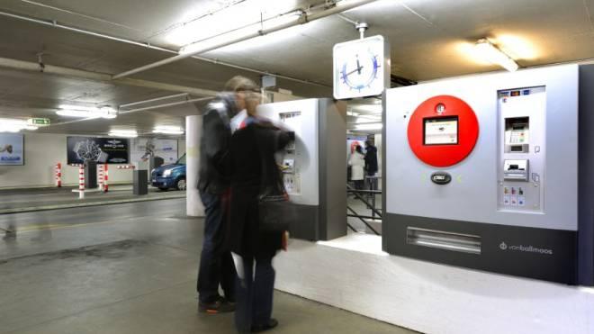 Die Automaten im Parkhaus Elisabethen werden automatisch zwei Stunden abziehen. Foto: ZVG