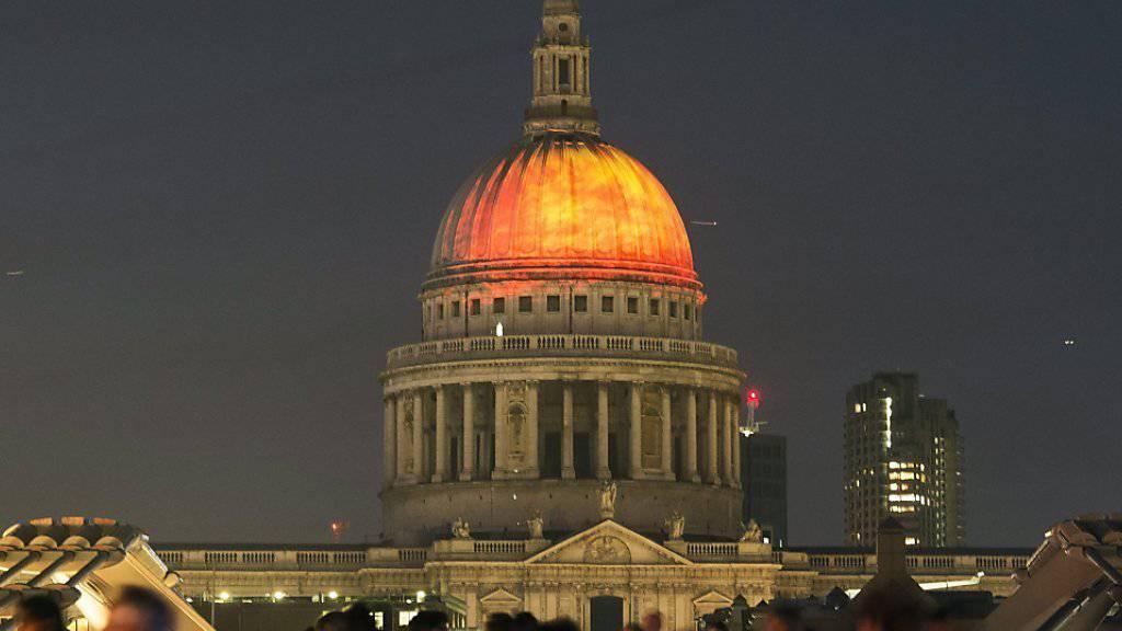 Flammen werden auf die Kuppel der St. Pauls-Kathedrale projiziert, um an das grosse Feuer zu erinnern.