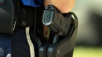 Mit sanfter Gewalt hat die Aargauer Polizei am Donnerstagabend eine Frau aus ihrer Wohnung geholt.  (Symbolbild)