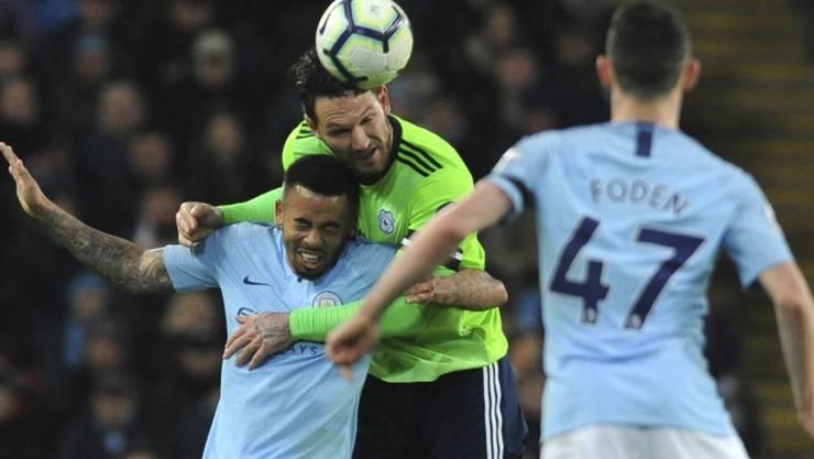 Luftkampf zwischen Manchester Citys Gabriel Jesus (unten und Cardiffs Sean Morrison