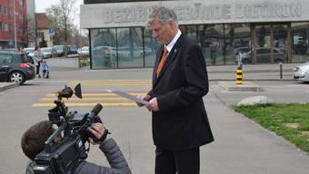Kehrt er ins Bezirksgebäude zurück Adrian Leimgrübler – im Bild beim Lesen des Verwaltungsgerichtsentscheids – kandidiert wieder als Statthalter.