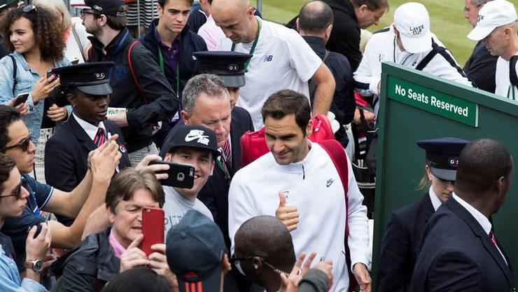 Federer hier, Federer dort: Der Maestro nimmt einmal mehr den Rummel um seine Person gelassen, obwohl er vor dem Finalkracher gegen Marin Cilic Erfolgsdruck spürt.Keystone