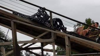 Bei Wodan im Europapark ist aktuell die Kette gerissen und steht gerade still.