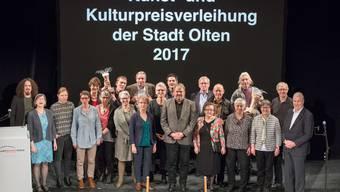 Gruppenbild der Preisträgerinnen und Preisträger. In der Bildmitte (5.v.r.) Kunstpreisträger Mike Müller.