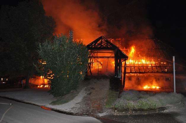 Die Meldung zum Brand ging kurz nach 00.45 Uhr ein.