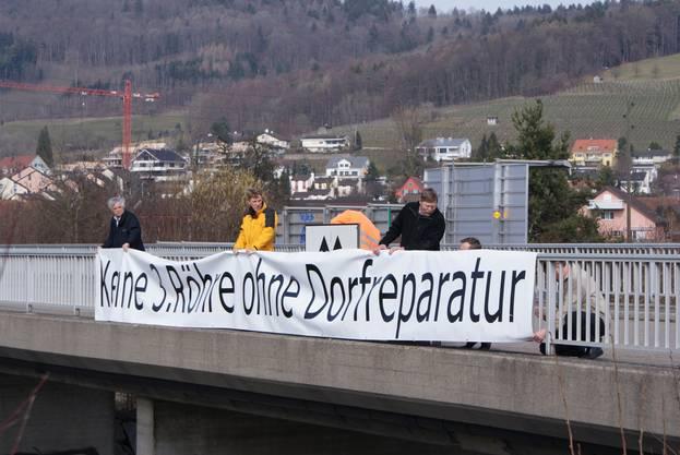 Die Weininger machen 2010 oberhalb der Autobahn auf ihr Anliegen aufmerksam