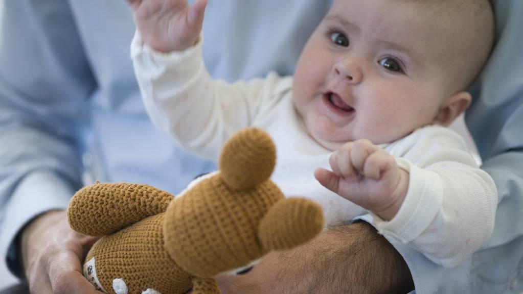 Krabbeln, Plappern, Zusammenhänge erkennen. Babys und Kinder machen laufend Fortschritte in ihrer Entwicklung. Eine App liefert fundiertes Wissen dazu und hilft zugleich der Forschung. (Archivbild)