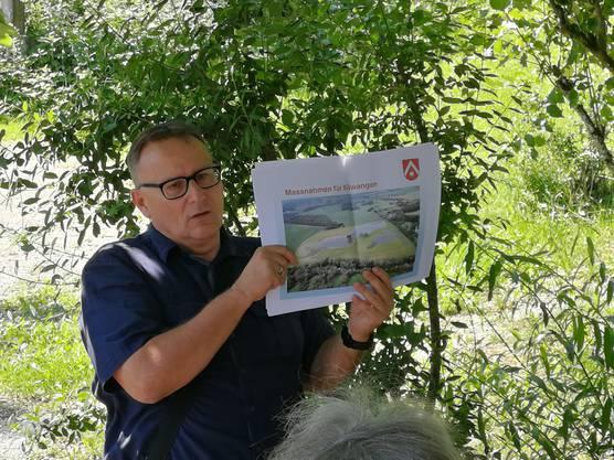 Gemeindeammann Werner Scherer erklärt den Hochwasserschutz