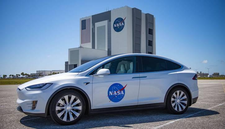 In diesem Tesla werden die beiden Astronauten zur Startrampe gefahren.