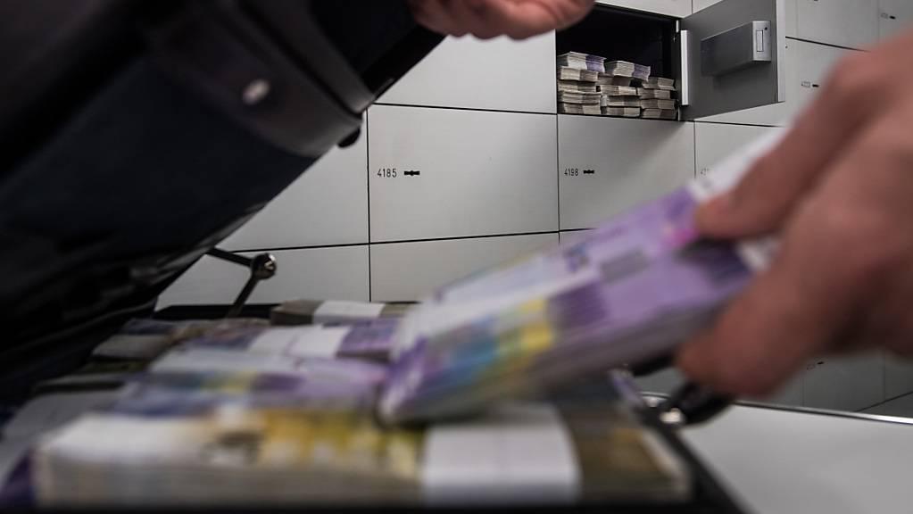 Im Kampf gegen die Geldwäscherei soll die Schweiz nicht ins Hintertreffen geraten. Der Nationalrat gibt der Vorlage des Bundesrats noch eine letzte Chance. (Themenbild)