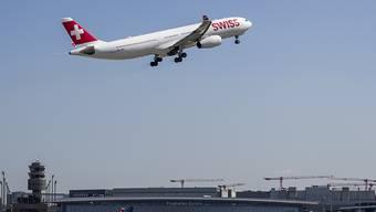 Bundesangestellte dürfen nicht mehr fliegen, wenn die Zugreise weniger als sechs Stunden dauert. Das hat der Bundesrat festgelegt.