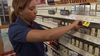 Eine CVS-Mitarbeiterin räumt die Tabakregale leer