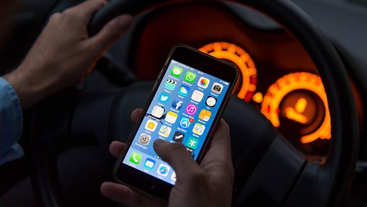Bei Kontrollen zum Thema Ablenkung hat die Baselbieter zahlreiche Automobilisten erwischt, die während der Fahrt das Handy nutzten. (Symbolbild)
