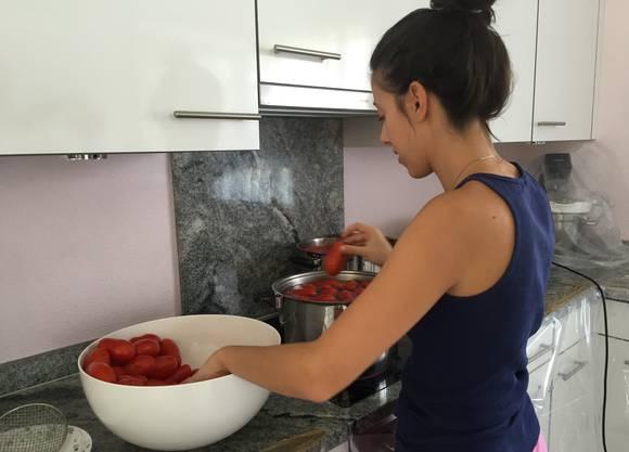 Die Autorin hilft bei der jährlichen Sugo-Herstellung der Familie.