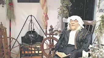 Eine Kräuterfrau im Hexenmuseum in Auenstein