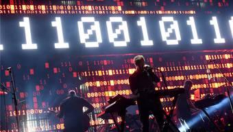 Massiver Angriff auf unsere Sinne: Auf einem grossen Bildschirm hinter der Bühne projizieren Massive Attack Zahlen, Bilder und Schlagzeilen.