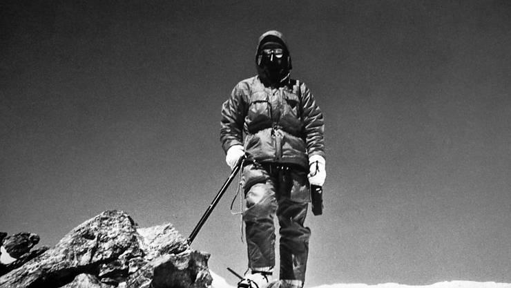 Norbert Joos posiert auf dem Gipfel des 8126 m hohen Nanga Parbat im Westhimmalaya, den er am 10. Juni 1982 bestiegen hat