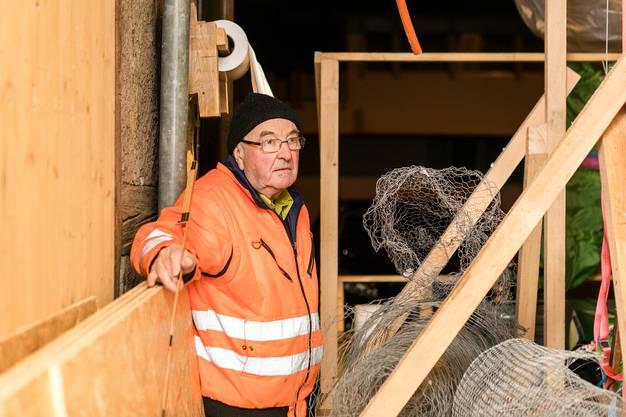 Hier muss alles stimmen: Alfons Meier überwacht die Aufbauarbeiten und legt auch gleich selber Hand an.