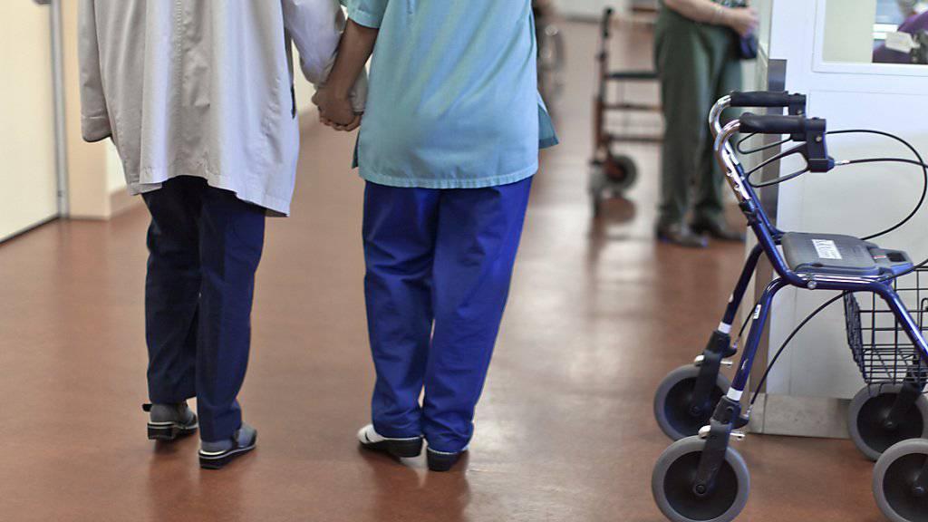 Die Anzahl der an Demenz erkrankten Menschen wird zunehmen. Das fordert das Gesundheitssystem - aber auch die Gesellschaft heraus. Im Bild ein spezielles Demenzzentrum in Bern. (Archiv)