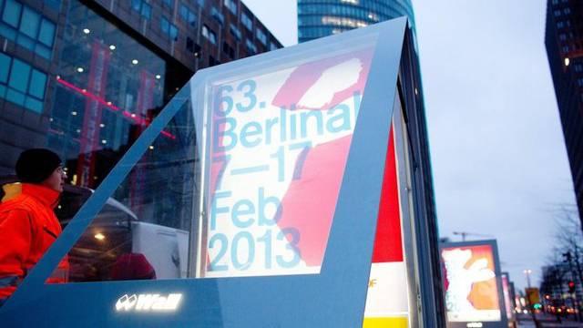 Am Potsdamer Platz in Berlin: ein Plakat für die diesjährige Berlinale wird aufgehängt