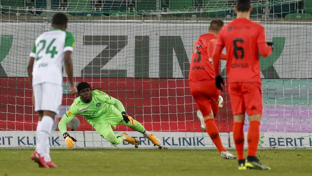 Luganos Mijat Maric trifft per Elfmeter zum Siegtreffer gegen den FC St.Gallen. Dem vorausgegangen war ein äusserst umstrittener VAR-Entscheid.