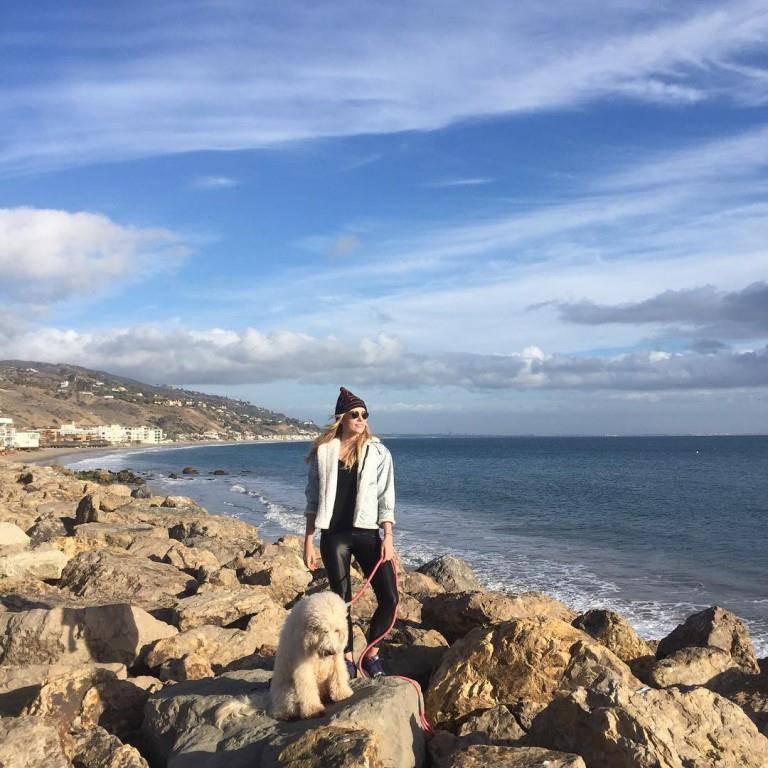 Christa B. Allen geniesst die Sonne gemeinsam mit ihrem Hund in Malibu.