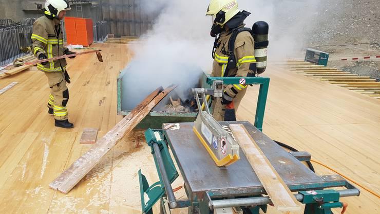 Der Brandherd konnte in einer Mulde, welche auf der Baustelle stand, lokalisiert und folglich rasch durch die Feuerwehr gelöscht werden.