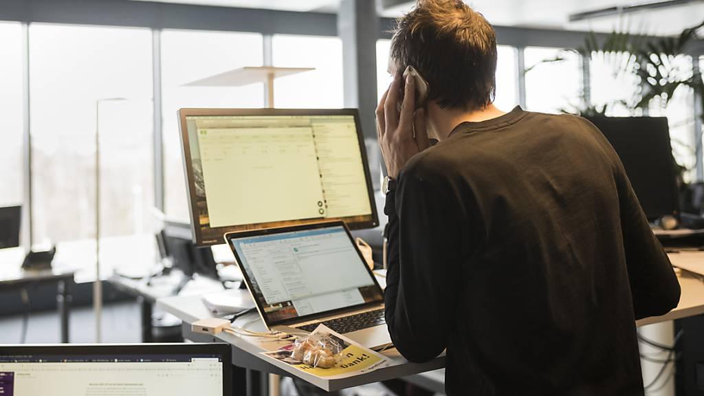 Ein Journalist der Nachrichtenagentur Keystone-SDA am Hauptsitz in Bern Wankdorf bei der Arbeit. (Archivbild)