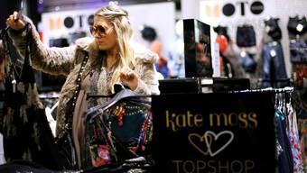 Junge modebegeisterte Kundinnen kaufen immer mehr auch im Internet. jackson/reu