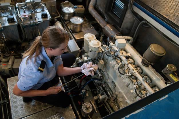 Adriana Holdener kontrolliert den Ölstand und die Funktion der Maschinen vor der Tour.