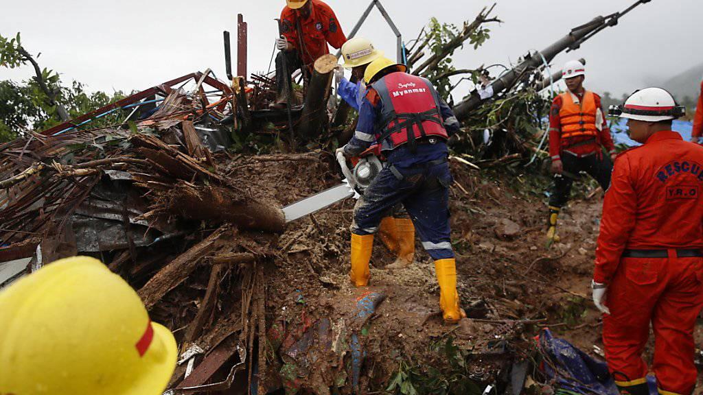 Nach einem Erdrutsch in Myanmar suchten Rettungskräfte am Samstag nach Vermissten. Offiziellen Angaben zufolge könnten noch bis zu 100 Menschen verschollen sein.